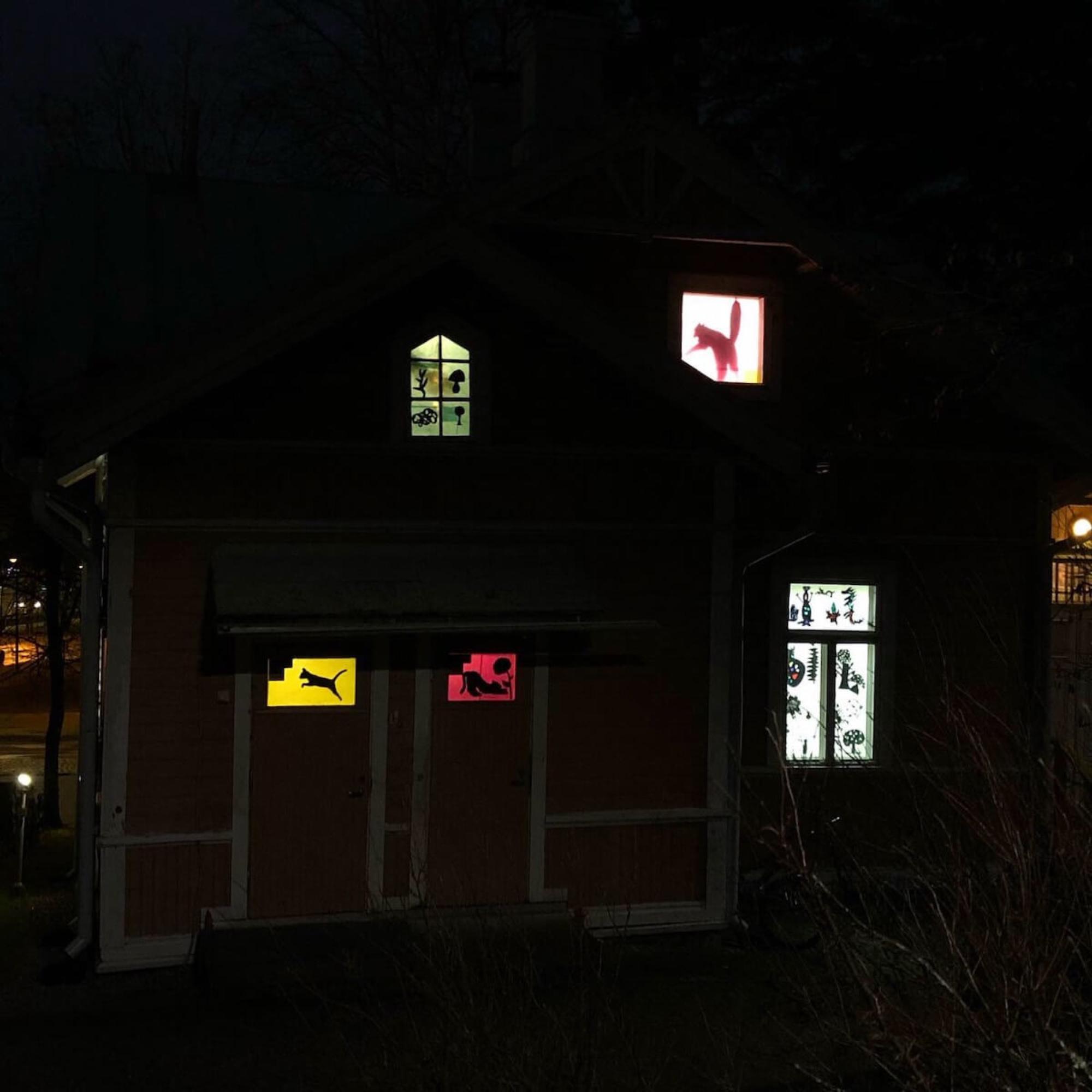 Keravan kuvataidekoulun värikäs siluetti-valoinstallaatio.