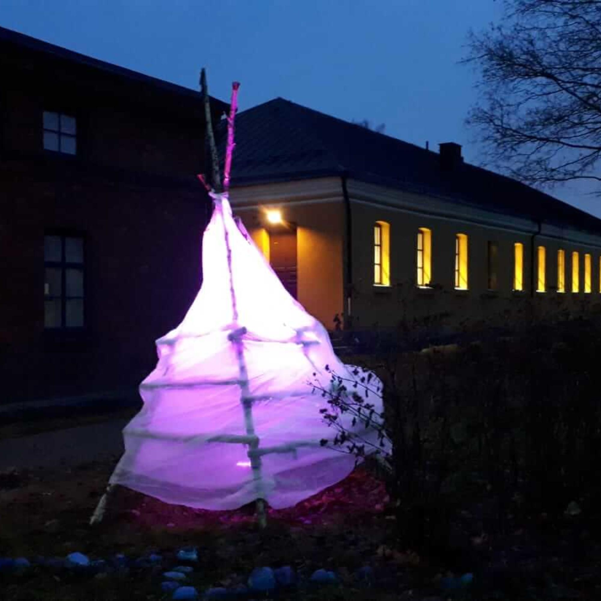 Lappeenrannan kuvataidekoulun Valotiipii sekä tanssia, sirkusta ja ilotulitusta.