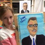 Lapuan taidekoulun oppilas Karina Korgonen esittelee Jukka Koprasta maalaamaansa muotokuvaa.