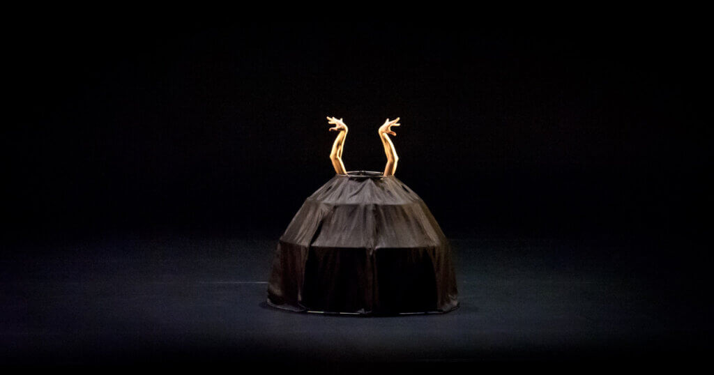 Tanssija, koreografi Minna Tervamäen tanssiesityksen promokuva.