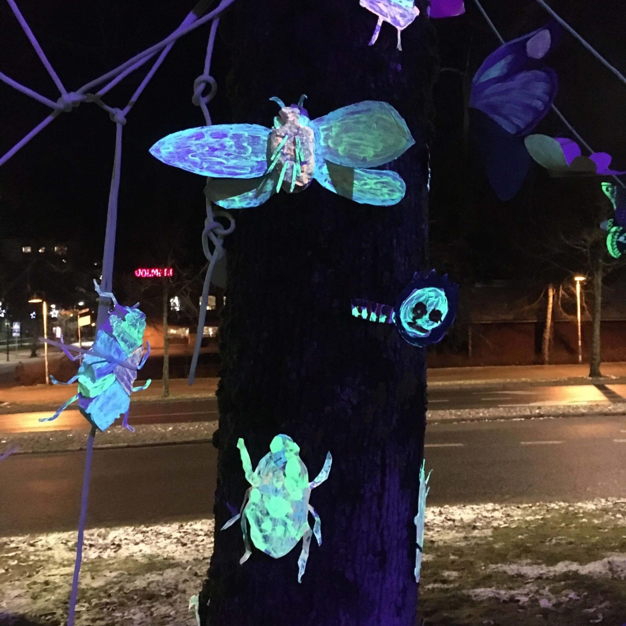 Keravan kuvataidekoulun pimeässä hohtavia hyönteisiä 20.-22.11.2020.