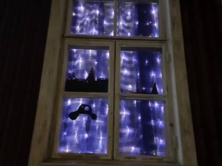 Arkkitehtuuri- ja ympäristökulttuurikoulu Lastun luokkahuoneen ikkunat saivat sinisen valaistuksen vastauksena Unicefin haasteeseen valaista tärkeitä rakennuksia sinisellä valolla.