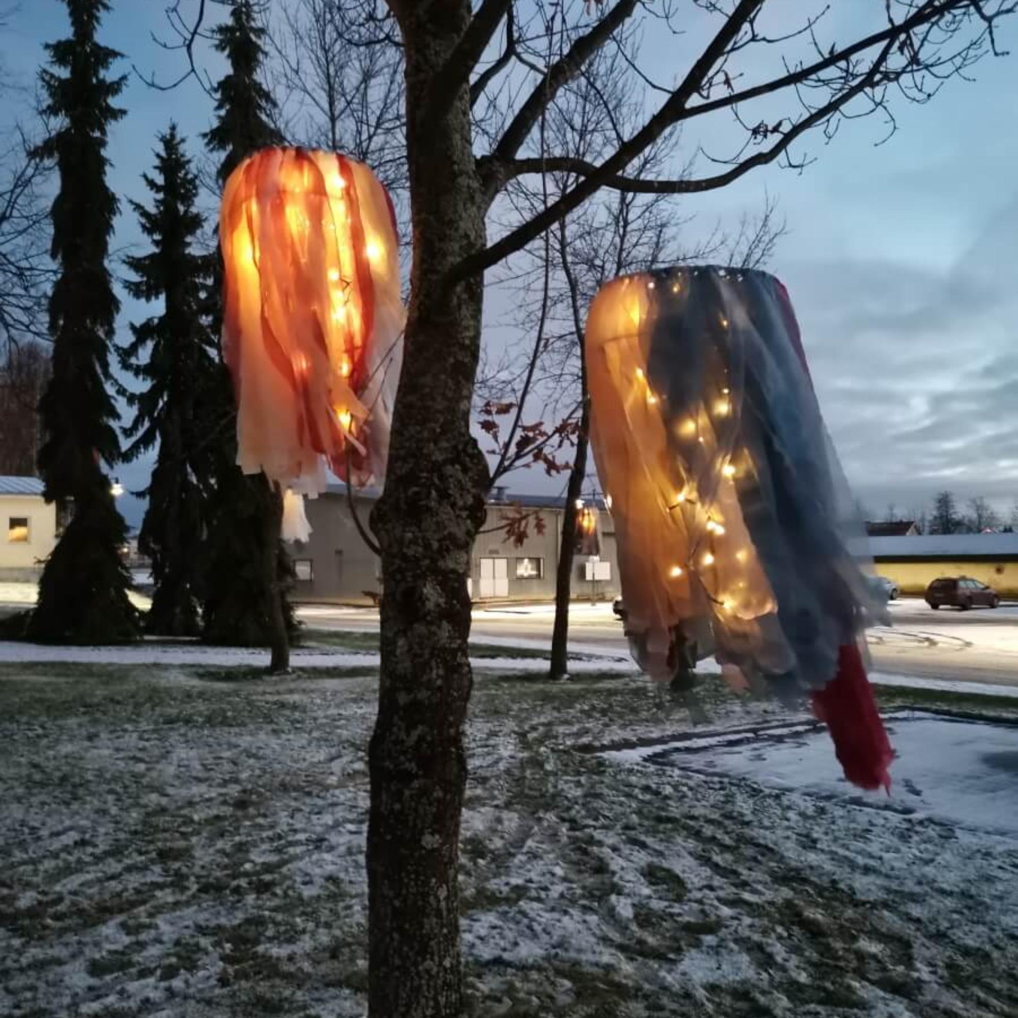 Lapuan taidekoulun käityötaiteen oppilaiden valoteoksia pihapuussa.