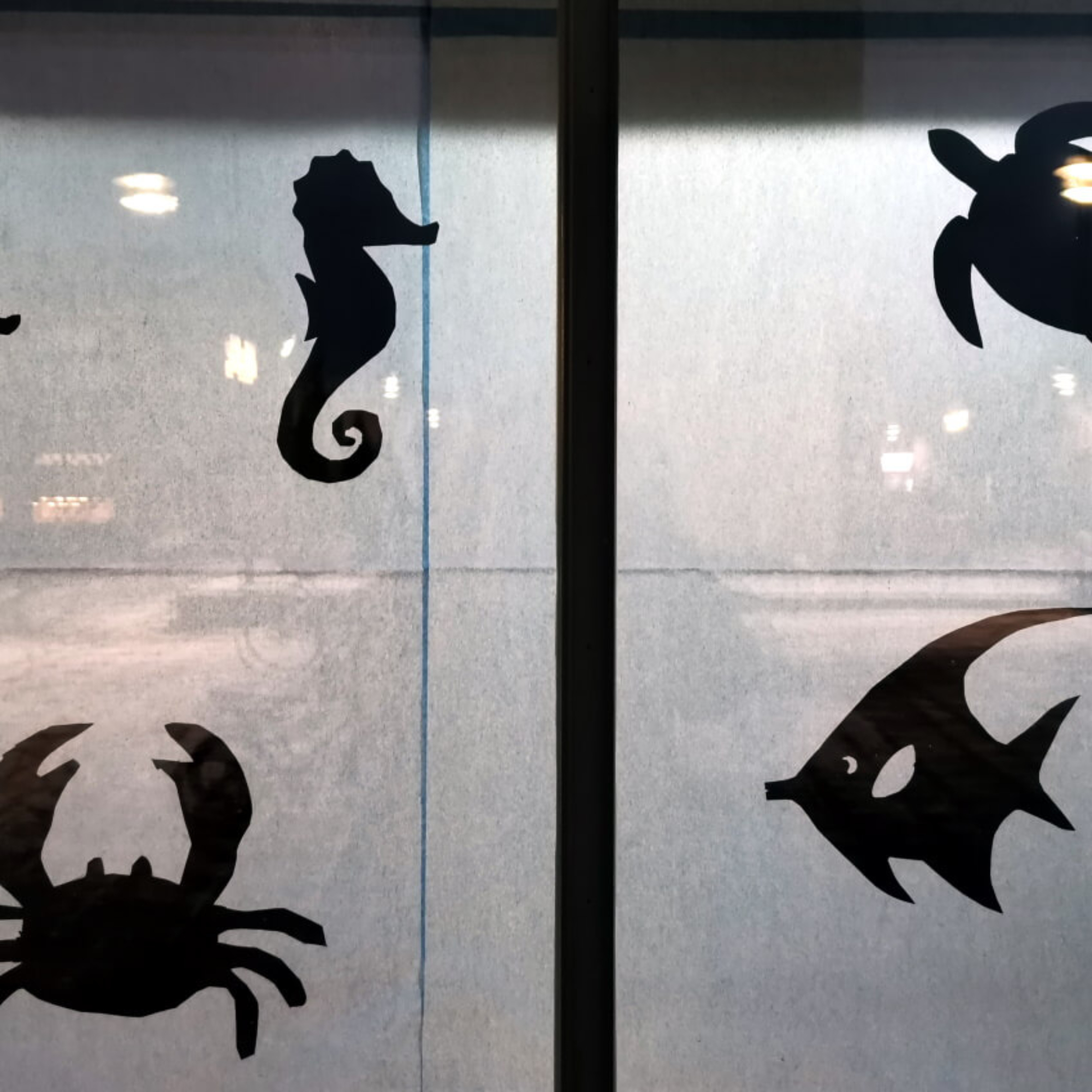 Lapuan taidekoulun silhuettikuvia meren elävistä.