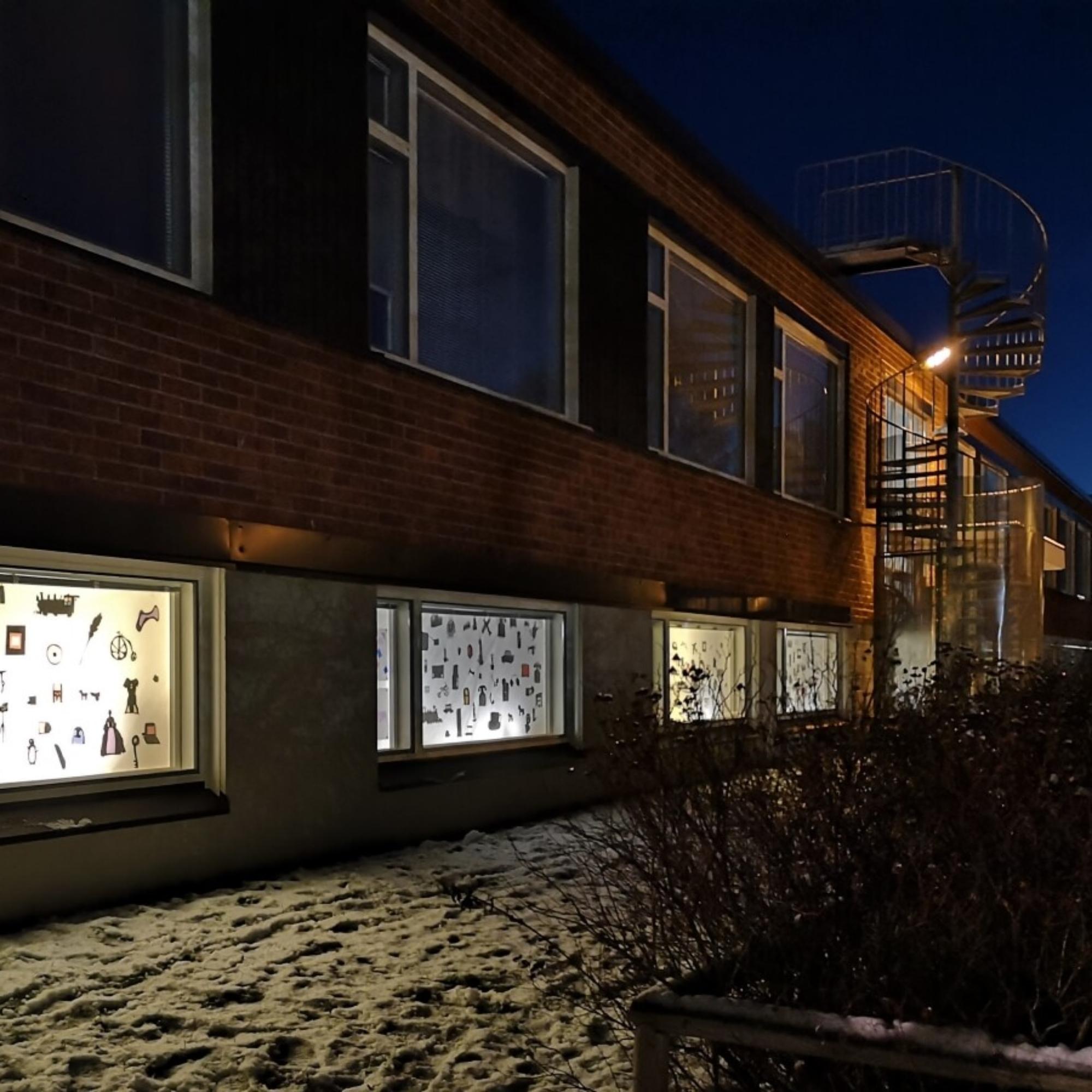 Silhuettikuvia Oulun taidekoulun ikkunoissa Ajassa - ennen vanhaan - nyt - tulevaisuudessa -näyttelyssä.