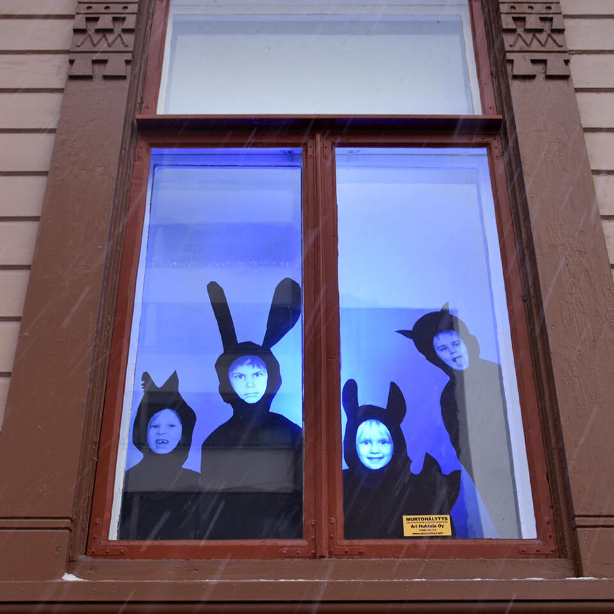 Porin taidekoulun oppilaiden eläimellisiä omakuvia koulun ikkunoissa.
