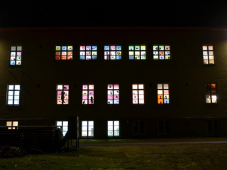 Kokkolan lasten ja nuorten kuvataidekoulun 400 ikkunaa -valoteos Lapsen oikeuksien päivänä 20.11.2020.