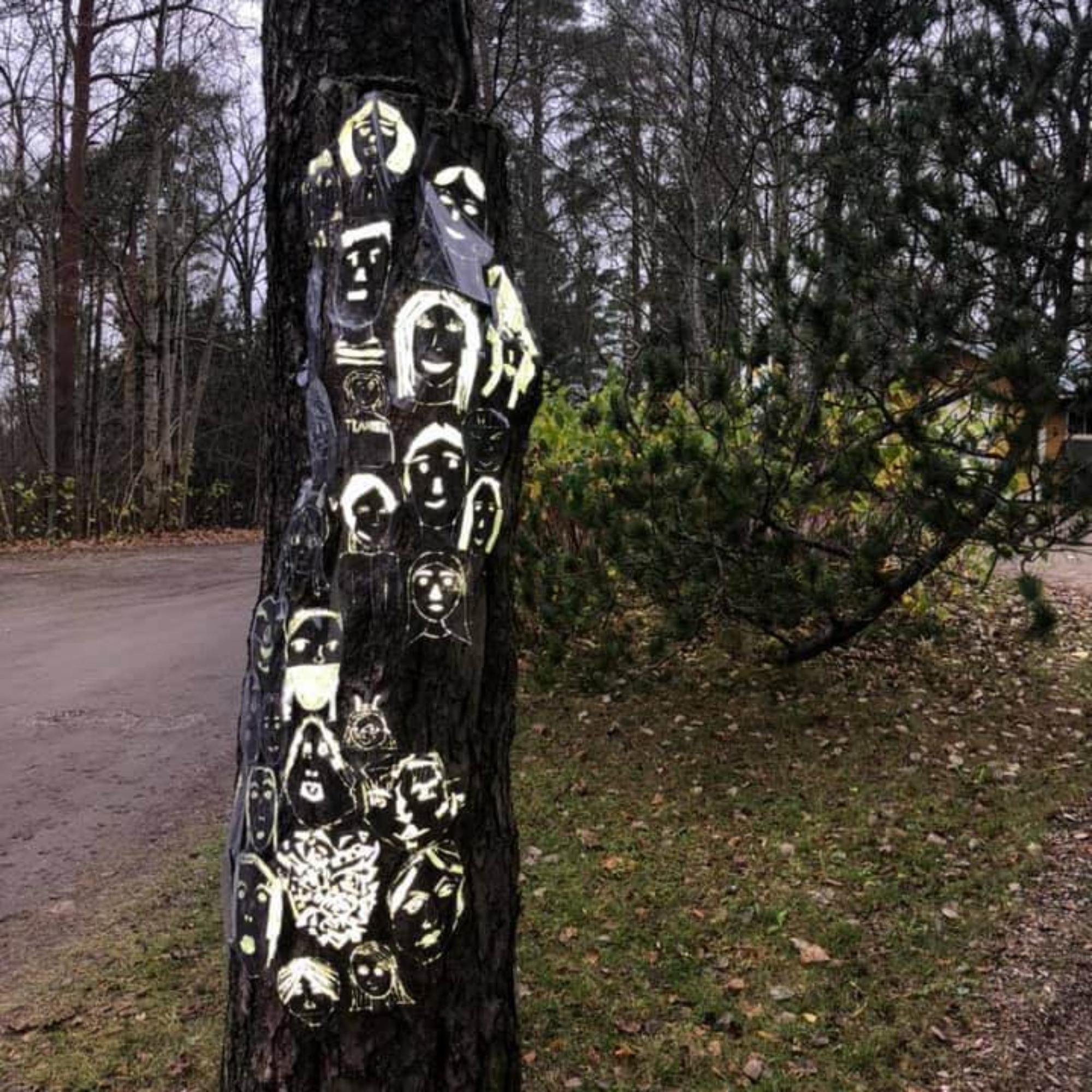 Kirkkonummen kuvataidekoulun oppilaiden heijastimateriaalista tekemiä muotokuvia. Kuva: Suvi Niskakangas.