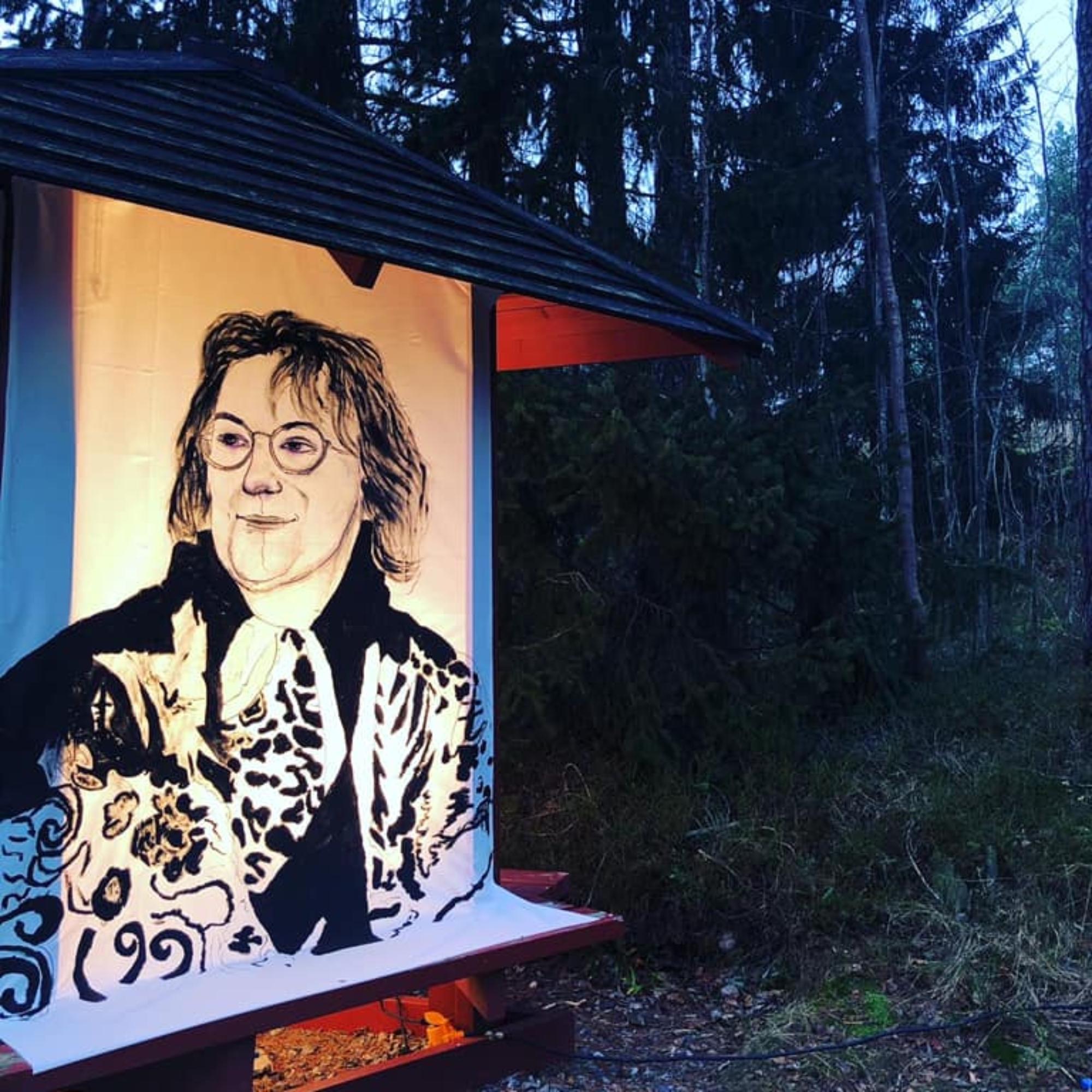 Kirkkonummen kuvataidekoulun jättilyhty, johon oppilaat ovat maalanneet entisen opettajansa Ritva Fredrikssonin muotokuvan.